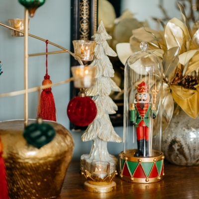 <p>Flamboyant Christmas girandole as an alternative to the classic Christmas tree, more elegant, h = 90 cm, complete with glass and velvet Christmas balls, fabric tassels and glass candle holders with tealights. At the base a refined golden metal cachepo H = 16 cm, D = 23 cm, for a more classic touch. Quick to install and eternal over time.</p> - Floralia