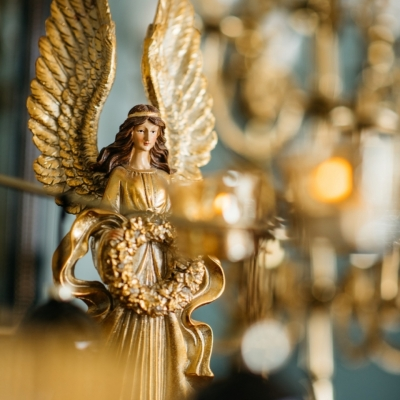 <p>Silver and gold angel with led illuminated garland (batteries not included). <br> Great success only the last 2 available.<br> As a symbol of protection and hope for your Christmas.<br> H=52 cm</p> - Floralia