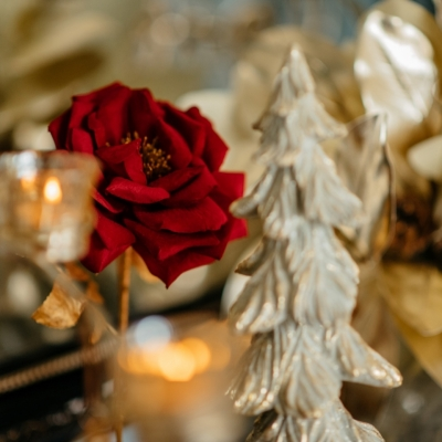 <p>Metal and gold and red velvet Rose in  golden vase.<br> American beauty xmas mood.<br>H=41 cm</p> - Floralia