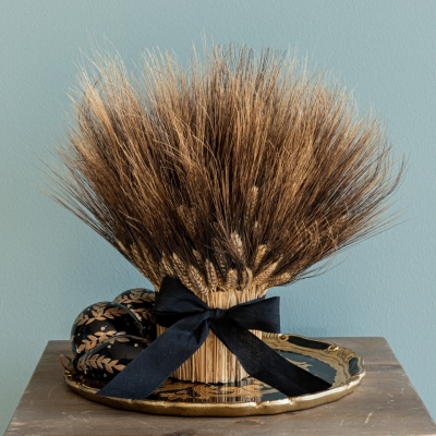 <p>Composition of natural wheat with fabric bow. <br> Wheat, a recurring symbol in Mademoiselle Chanel's apartment; subtle metaphor of a creativity that never ends. Symbol of prosperity, Coco Chanel made it her lucky charm.<br>H=38 cm</p> - Floralia