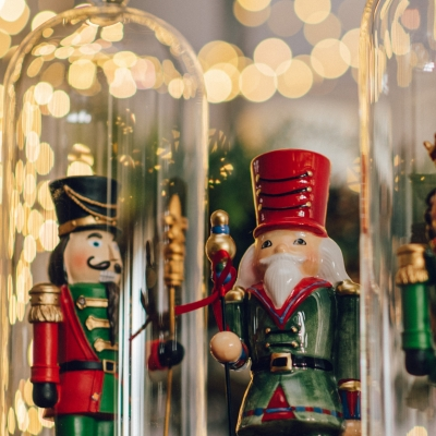 <p>Polyresin  Gendarme with cylinder  in glass case on drum, LED lighted. <br>Playful defender of our Christmas serenity<br>H=40 cm</p> - Floralia