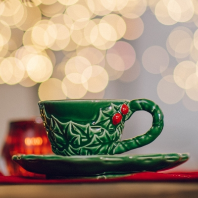 <p>Tea cup with saucer (2 pieces), dessert plates (2 pieces), Christmas runner L = 150 cm. <br>