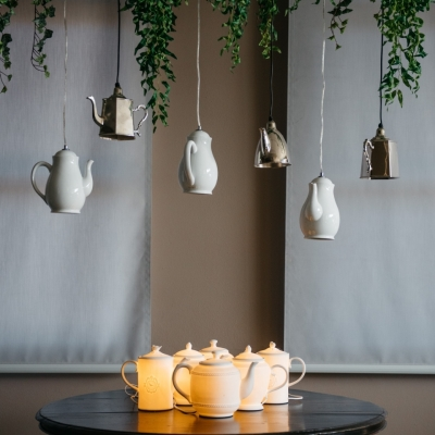 <p>Bright porcelain table teapot, bulb excluded.<br> Do you remember Mary Poppin's and the tea on the ceiling? These luminous teapots seem to be made on purpose!</p> - Floralia