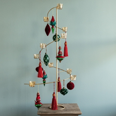 <p>Flaming Christmas girandole as an alternative to the classic Christmas tree, in golden metal, h = 90 cm, complete with glass and velvet Christmas balls, fabric tassels and glass candle holders with tealights. Quick to install and eternal over time.</p> - Floralia