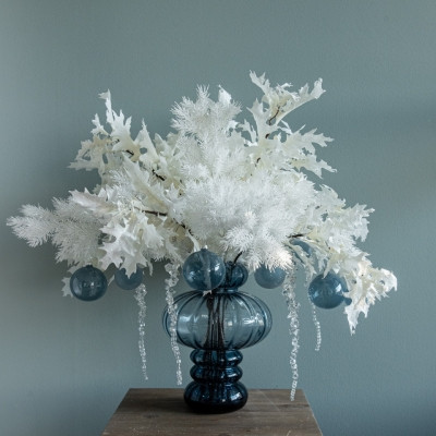 <p>Blue glass cruet vase filled with eternal Christmas glittered white branches, sugar paper glass Christmas balls and ice effect pendants. Ideal for those who do not have time or desire to make the classic Christmas tree. It is the classic blue pantone color for Christmas 2020.<br> H= 32 cm<br> D= 25 cm</p> - Floralia