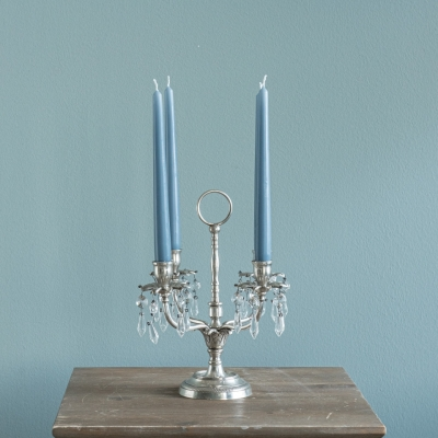 <p>4 flames candelabra in solid silver brass with glass pendants (candles not included).<br> Ideal as a centerpiece or to enhance a corner of the house, well combined with the classic blue vases proposed in our catalog.<br> H=29 cm<br> L= 26 cm</p> - Floralia
