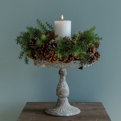 <p>Vintage pickled metal stand with pine and pine cones garland and candle<br>H tot=45 cm</p> - Floralia